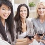 grupo interracial tres mujeres amigos bebiendo vino — Foto de Stock