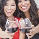 dos amigos de las mujeres felices bebiendo vino juntos — Foto de Stock