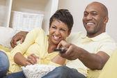 Afroamerikaner paar vor dem fernseher — Stockfoto