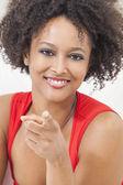 Fille afro-américaine de race mixte heureux pointant — Photo