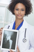 Mujer afroamericana doctor rayos x tablet pc — Foto de Stock