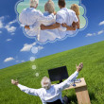 uomo sognando campo di vacanza in famiglia vacanza scrivania verde — Foto Stock