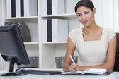 Hispánský latina žena nebo podnikatelka v úřadu — Stock fotografie