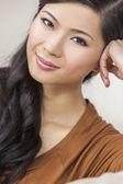 Retrato hermosa joven asiática china — Foto de Stock