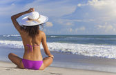 Sexy Woman Girl Sitting Sun Hat & Bikini on Beach — Stock Photo