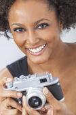 Afro-américain avec appareil photo rétro — Photo