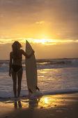 Woman Bikini Surfboard Sunset Beach — ストック写真