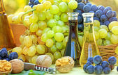 Fresh grapes and wine on the table — Stock Photo