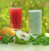 Green smoothie and strawberry juice — Stock Photo