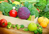 Organic fruits and vegetables in a creates — 图库照片