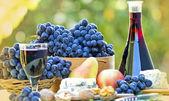 Rode wijn en rode druiven — Stockfoto