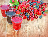 Healthy drinks from fresh organic berry fruits — Stock Photo