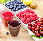 Healthy drinks and berry fruits — Stock Photo