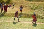 Twee krijgers vechten met zwaarden. — Stockfoto