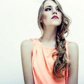 Porträtt av en sensuell ung kvinna — Stockfoto