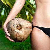 Girl holding coconut closeup — 图库照片