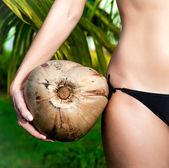 Jeune fille tenant la noix de coco closeup — Photo