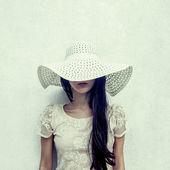 Mode portrait d'une fille sensuelle dans un chapeau contre le mur — Photo