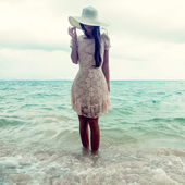Fashion portrait of a girl on the sea — Stock Photo
