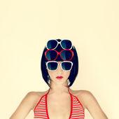 Retrato de una joven en elegantes copas — Foto de Stock