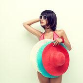 时尚女孩戴着帽子在手中的画像 — 图库照片