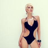 Ritratto di donna sensuale in costume da bagno alla moda — Foto Stock