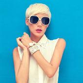Mode portret van sensuele stijlvolle meisje op een blauwe achtergrond — Stockfoto