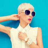 Retrato de moda de mujer con estilo sensual — Foto de Stock