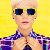 Mode portrait d'une jeune fille à lunettes de soleil mode — Photo