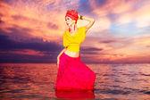 日没浜にオリエンタル風の少女の肖像画 — ストック写真