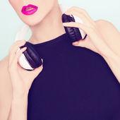 Sensuell tjej i snygga hörlurar — Stockfoto