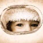 dziecko patrząc przez otwór — Zdjęcie stockowe