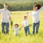 ενεργό οικογένεια σε εξωτερικούς χώρους — Φωτογραφία Αρχείου