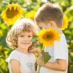 ευτυχής παιδιά που έπαιζαν με ηλιοτρόπια — Φωτογραφία Αρχείου