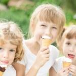 Дети едят мороженое — Стоковое фото