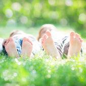 Rodina ležet na trávě — Stock fotografie