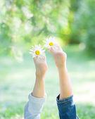 Childrens voeten met bloemen — Stockfoto