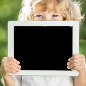 Dítě drží počítač tablet pc — Stock fotografie