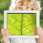 Niño con tablet pc — Foto de Stock