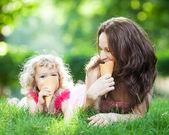 семьи, имеющие пикник на открытом воздухе — Стоковое фото