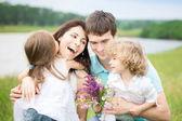счастливая семья в поле весной — Стоковое фото