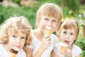 Kinder essen eis — Stockfoto