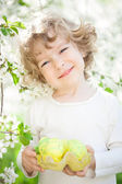 Child holding Easter eggs — Stockfoto