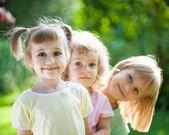 Dzieci bawiące się piknik — Zdjęcie stockowe