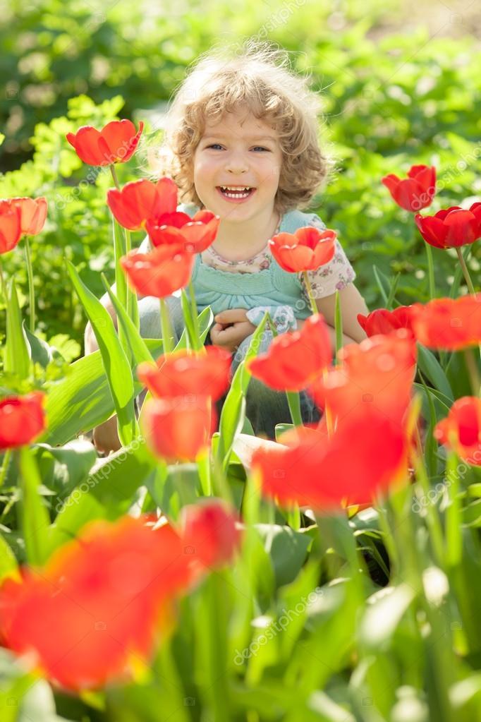 imagens jardim florido:Criança em jardim florido — Fotografias de Stock © Yaruta