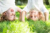ребенок стоял вверх ногами — Стоковое фото