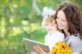 Familia feliz usando la pc de la tableta — Foto de Stock