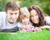 Szczęśliwą rodzinę w parku — Zdjęcie stockowe
