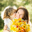 Woman and child with bouquet of flowers — Stock fotografie