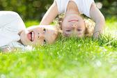 Niños felices de pie boca abajo — Foto de Stock